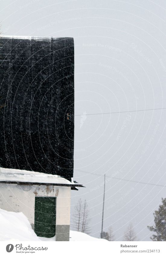 Verlassen alt weiß grün Winter Einsamkeit schwarz Haus Umwelt kalt Schnee Wand grau Mauer Schneefall Stimmung Tür
