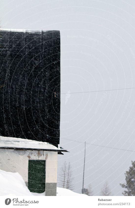 Verlassen Umwelt schlechtes Wetter Nebel Schnee Schneefall Haus Mauer Wand Tür Dach Dachrinne alt grau grün schwarz weiß Stimmung Einsamkeit kalt Sturm Farbfoto