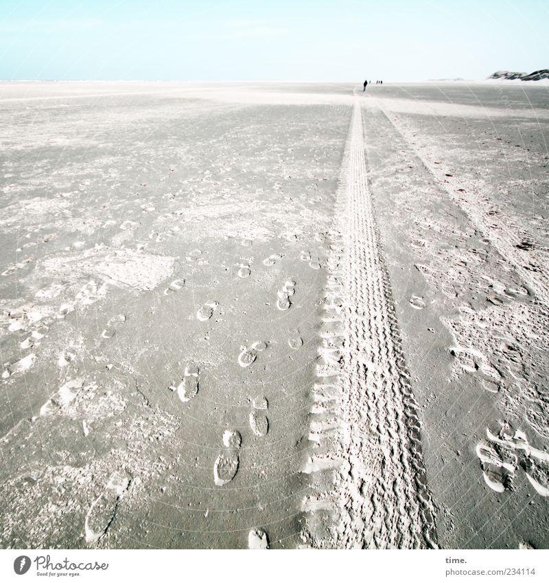 Spiekeroog | Wracksucher blau Strand Ferne Sand Horizont Spuren Stranddüne Düne Fußspur Reifenprofil beige Wattenmeer Reifenspuren Naturschutzgebiet Abdruck Relief
