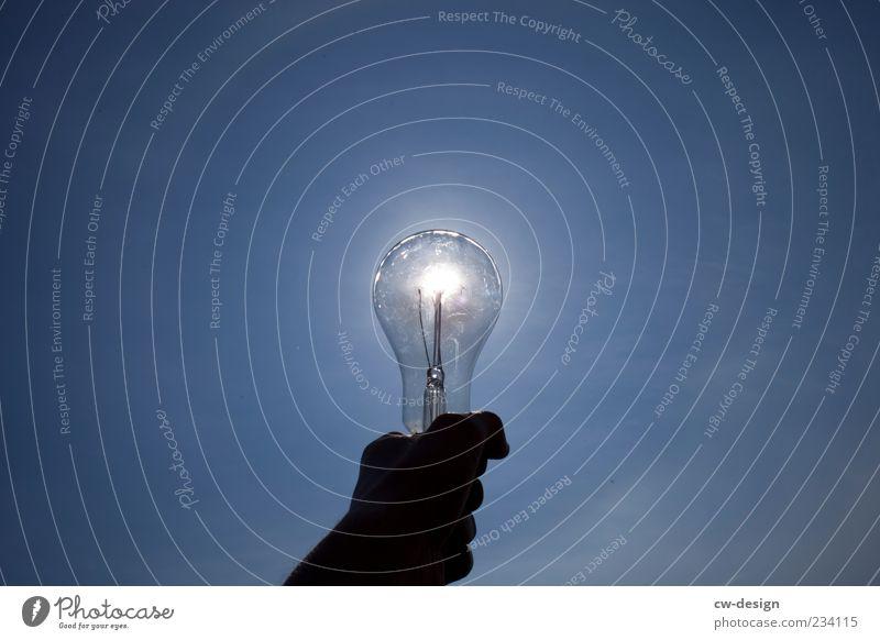 Licht am Ende blau Hand schwarz Lampe Beleuchtung Glas glänzend Energiewirtschaft Klima Zukunft Technik & Technologie festhalten berühren Sonnenenergie Glühbirne Solarzelle