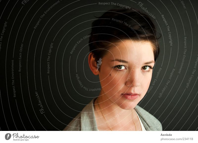 portrait 3 Mensch Jugendliche schön Erwachsene feminin Kopf Haare & Frisuren elegant ästhetisch 18-30 Jahre Junge Frau Kette Pullover schwarzhaarig kurzhaarig