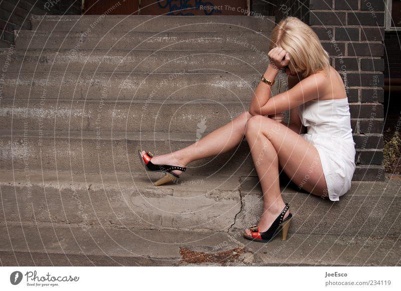 #234119 elegant Stil schön Erholung ruhig Junge Frau Jugendliche Erwachsene 18-30 Jahre Kleid Damenschuhe blond langhaarig träumen Traurigkeit trendy
