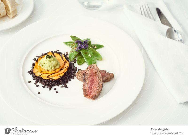 Abendessen mit Rindfleisch auf einem rein weißen Teller Lebensmittel Fleisch Gemüse Brot Essen Festessen Bioprodukte Slowfood Italienische Küche Getränk