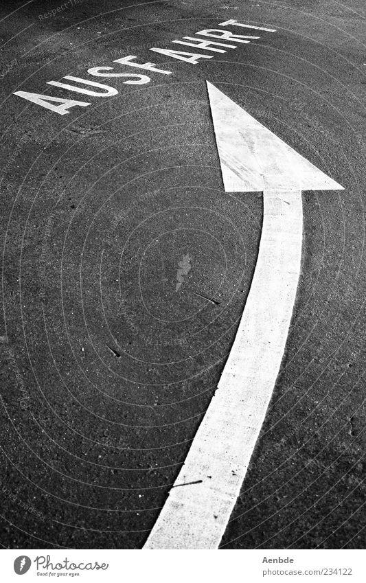 Ausfahrt Schlagwort Ordnung ästhetisch Symbole & Metaphern Asphalt Pfeil Wort Dynamik Flucht links graphisch Schwarzweißfoto Parkhaus minimalistisch Ausweg