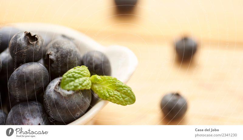 frische und rohe Heidelbeeren auf Holzuntergrund Lebensmittel Frucht Dessert Ernährung Essen Frühstück Vegetarische Ernährung Diät Schalen & Schüsseln Design