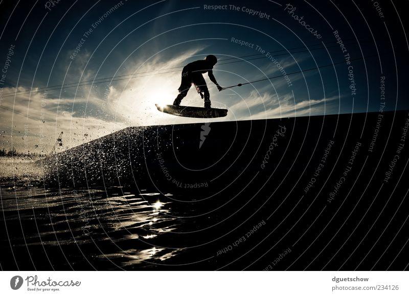 Table Stil Freizeit & Hobby Sport Wassersport Wakeboarden Wasserskianlage maskulin springen Farbfoto Außenaufnahme Tag Licht Schatten Kontrast Silhouette