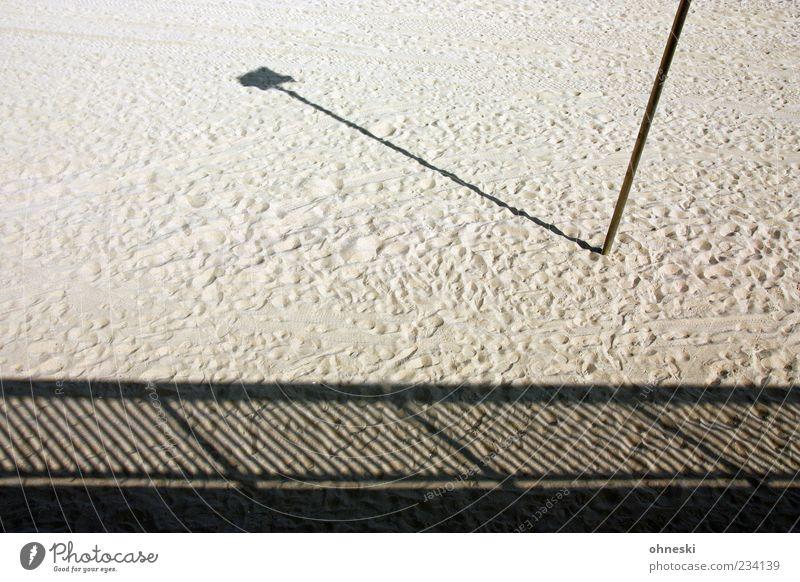 The Beach Sommer Strand Menschenleer Geländer Pfosten Laterne Sand Sehnsucht Einsamkeit Streifen Fußspur Farbfoto Gedeckte Farben Außenaufnahme Muster