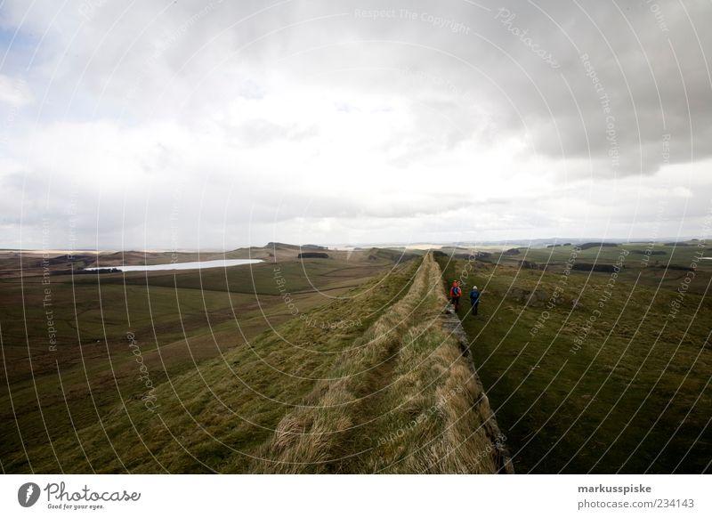Hadrianswall Mensch Mann Natur Ferien & Urlaub & Reisen Pflanze Tier Wolken Erwachsene Ferne Landschaft Wiese Berge u. Gebirge Freiheit Gras Mauer Felsen
