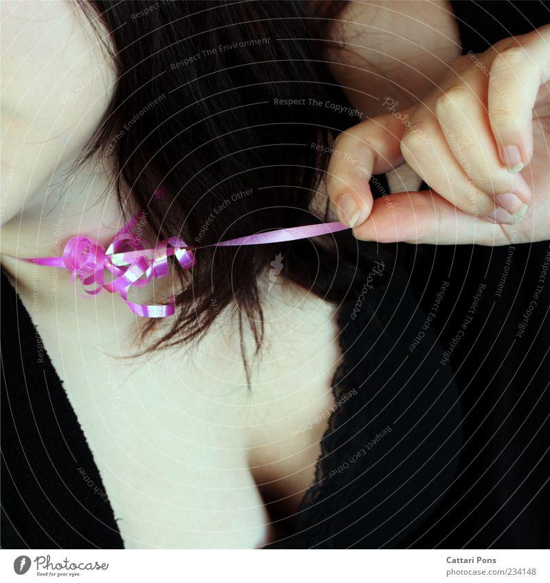 We Wish feminin Junge Frau Jugendliche Erwachsene Brust Stoff Spitze Top Geschenkband Schleife berühren Bewegung festhalten machen frech rosa Freiheit ziehen