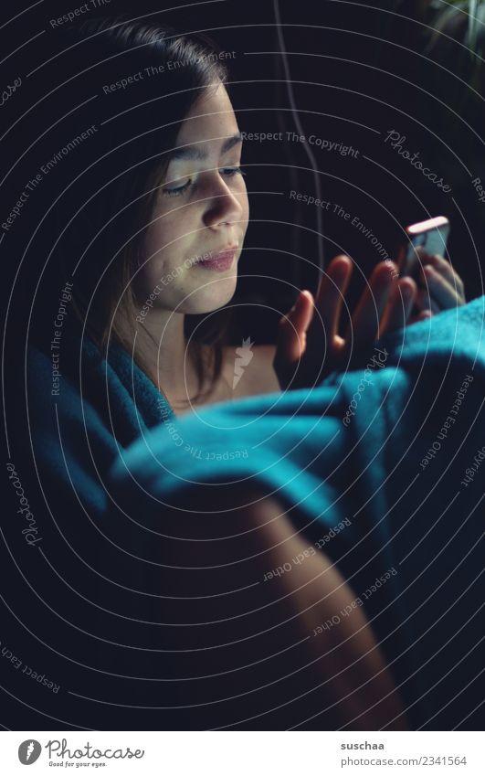 mädchen sitzt in eine decke gehüllt und guckt in ihr smartphone Mädchen Kind Jugendliche Junge Frau 13-18 Jahre Gesicht Handy Telefon Kommunikation