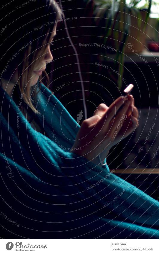 handymädchen (4) Kind Jugendliche Junge Frau Mädchen dunkel 13-18 Jahre Kommunizieren Telekommunikation Telefon Kabel Internet Handy PDA Verbundenheit