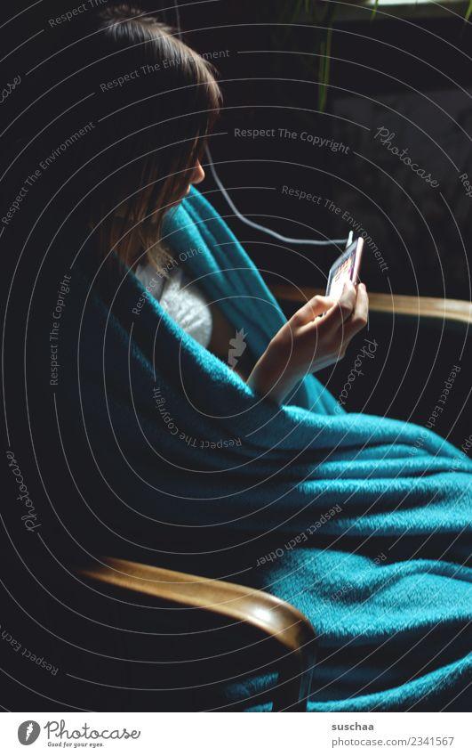 handymädchen (5) Kind Jugendliche Junge Frau Mädchen dunkel 13-18 Jahre Kommunizieren sitzen Telekommunikation Telefon Kabel Internet Handy Sofa PDA