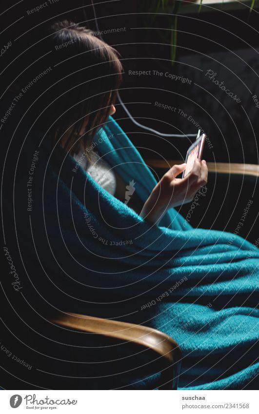 vernetzt Kind Jugendliche Junge Frau Mädchen dunkel 13-18 Jahre Kommunizieren Telefon Kabel Internet Handy PDA Vernetzung Verbundenheit verdrahtet SMS