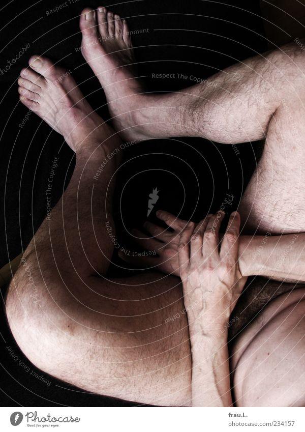 über die Schulter Mensch maskulin Mann Erwachsene Männlicher Senior Körper 1 45-60 Jahre festhalten sitzen nackt Gelassenheit ruhig Schamhaare Akt verwundbar
