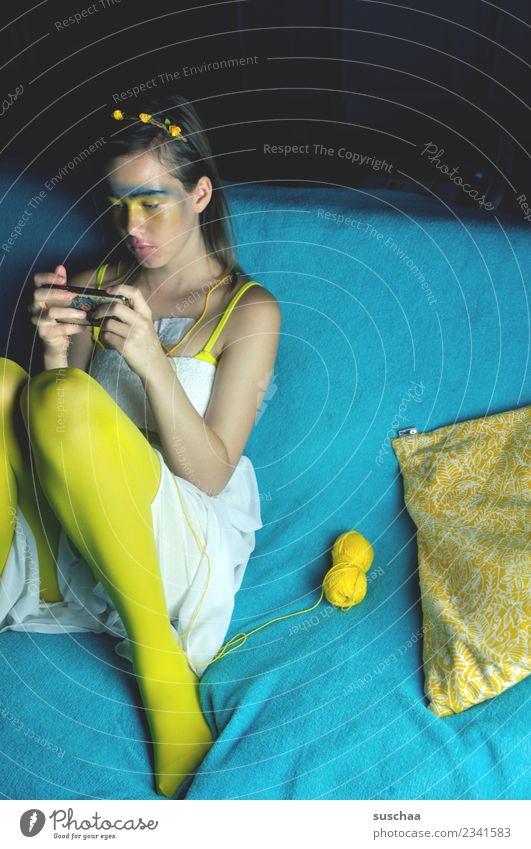 dornröschen im 20. jahrhundert seltsam Kostüm Karneval maskerade Spielen Rollenspiel Jugendkultur teenager Mädchen Jugendliche Junge Frau Handy Internet