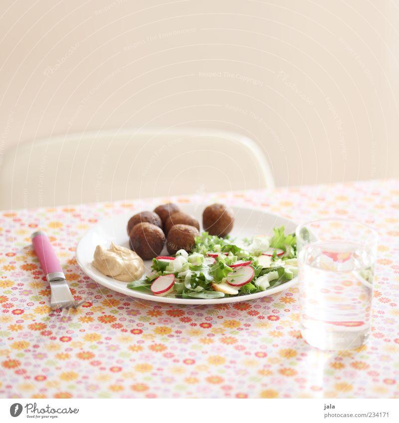 falafel Gesunde Ernährung Lebensmittel Foodfotografie Glas Trinkwasser Ernährung Getränk lecker Bioprodukte Geschirr Teller Mittagessen Tischwäsche Salat Vegetarische Ernährung Besteck