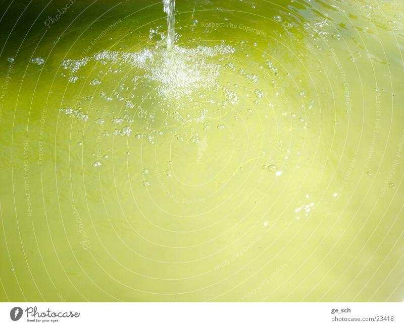 Wasserblasen1 Brunnen grün gelb Mineralwasser Bewegung Wasserspiel