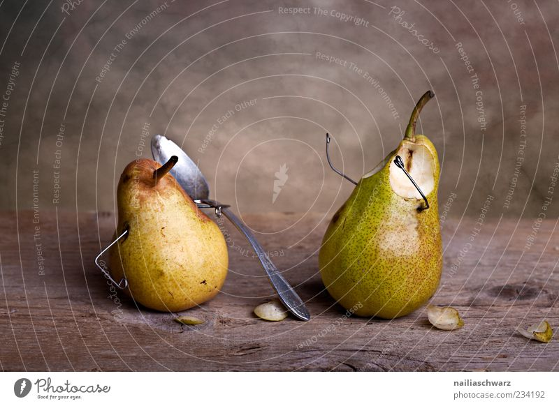 Ausgelöffelt Lebensmittel Frucht Birne Birnenstiel Besteck Löffel außergewöhnlich kaputt klein süß braun gelb grün silber Schmerz Angst Rache bizarr Stillleben