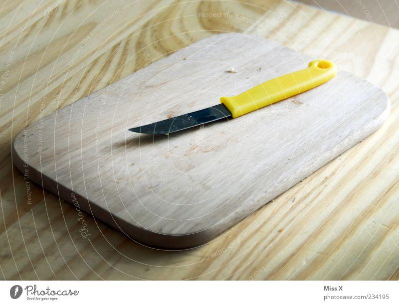 Schneidebrett gelb Holz liegen Holzbrett Messer Besteck Tisch Holztisch Aktion Küchentisch
