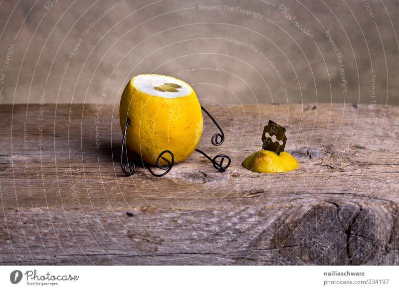 Kopflos Lebensmittel Frucht Zitrone zitronengelb Ernährung Rasierklinge Holz Metall sitzen außergewöhnlich gruselig sauer braun Traurigkeit Tod Schmerz Stress