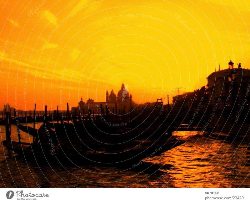 Venedig gelb orange Europa Gondel (Boot) Italien Gracht Vor hellem Hintergrund