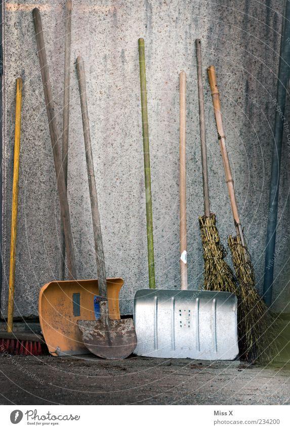 Schaufeln alt Wand dreckig Ordnung Sauberkeit Dienstleistungsgewerbe Besen Schaufel Kehren Besenstiel Haushaltsführung aufgereiht Winterdienst Arbeitsgeräte Schneeschaufel Hexenbesen