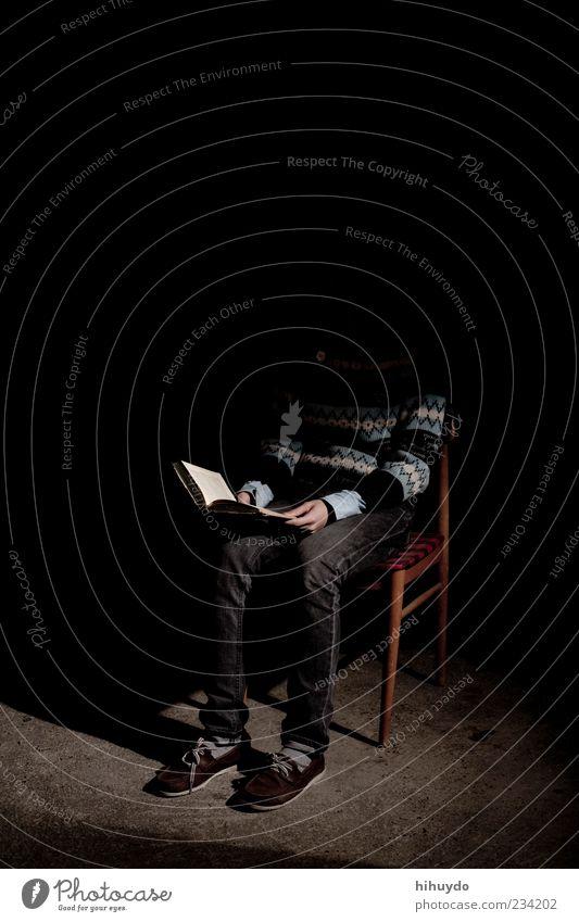 reading in the dark Mensch ruhig dunkel Stimmung Freizeit & Hobby sitzen elegant Buch maskulin lernen lesen Stuhl Bildung Kot gruselig Gelassenheit