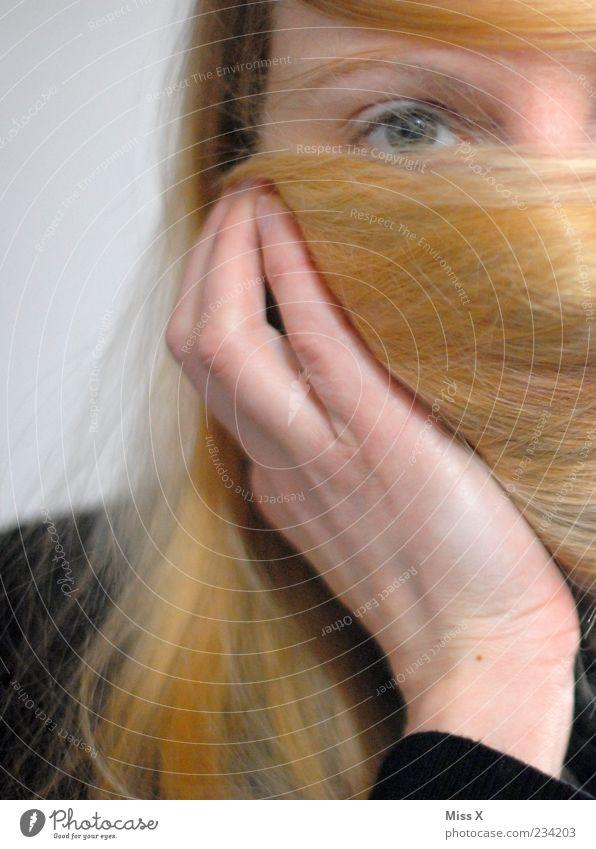 Verstecken Mensch Jugendliche Hand schön Gesicht Erwachsene feminin Haare & Frisuren blond 18-30 Jahre Junge Frau festhalten verstecken langhaarig rothaarig