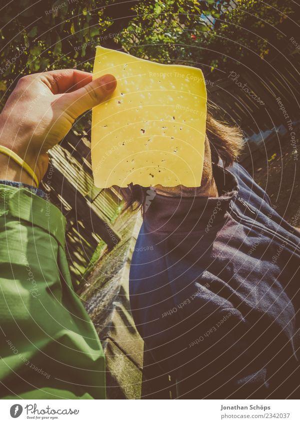 Du alte Käsebemme! | Scheibe Käse vor dor Gusche Mensch Jugendliche Hand 18-30 Jahre Erwachsene gelb maskulin Körper Sicherheit geheimnisvoll Momentaufnahme