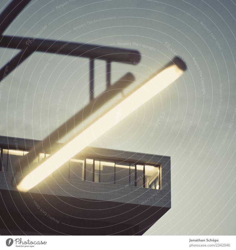 moderne Architektur mit Neonröhre im Vordergrund Haus Beleuchtung Stil Fassade Design Zufriedenheit Linie ästhetisch Kreativität einzigartig einfach Hamburg