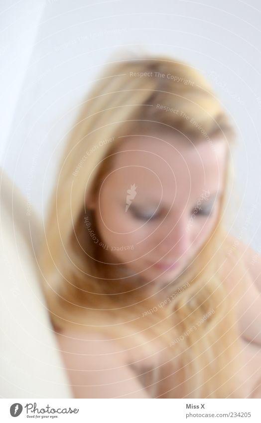 Hell schön Haare & Frisuren Haut Mensch feminin Junge Frau Jugendliche 1 18-30 Jahre Erwachsene schlafen blond rein Nackte Haut Bett Farbfoto Gedeckte Farben