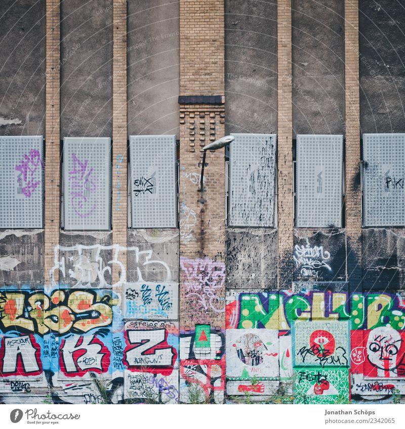 urbane Graffiti Fassade in Berlin Haus Fabrik Kultur Grunge Ruine Stadt Großstadt Gebäude Wand Lampe mehrfarbig wild Stadtleben chaotisch links Szene alternativ