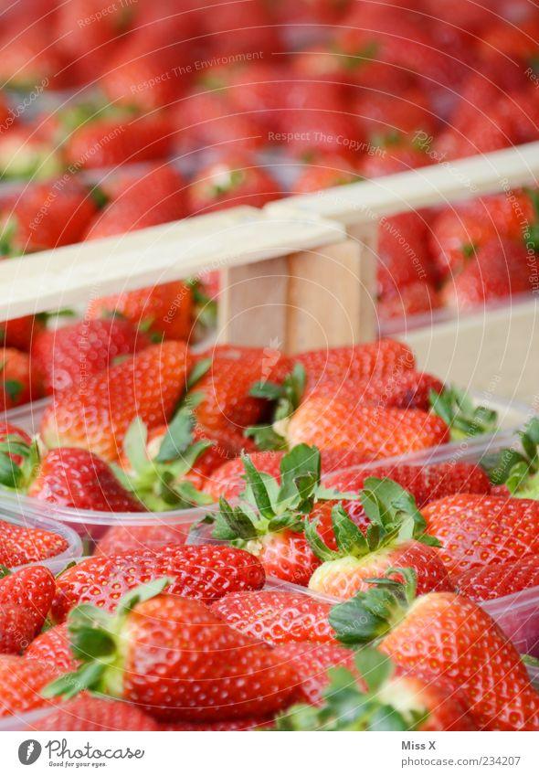 Erdbeeren Lebensmittel Frucht Ernährung Bioprodukte frisch lecker süß rot reif Wochenmarkt Obst- oder Gemüsestand Obstschale Marktstand Farbfoto mehrfarbig