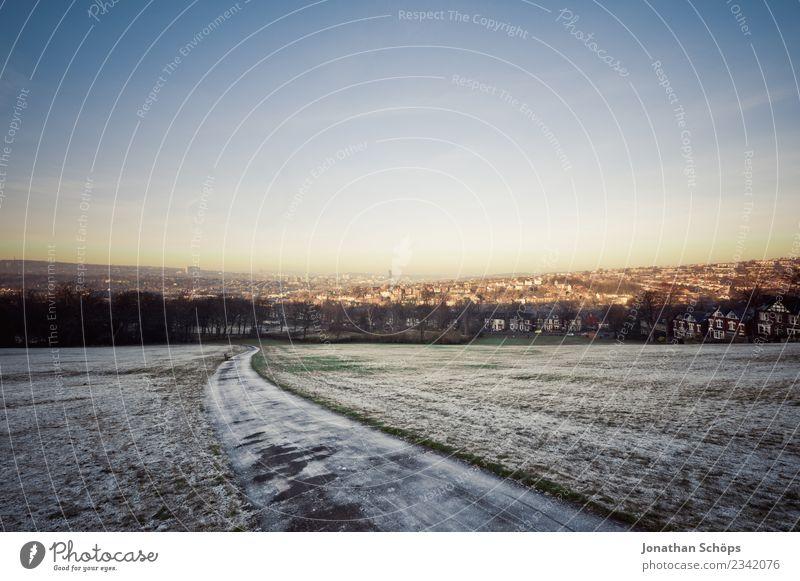 Blick vom Meersbrook Park auf Sheffield sheffield England Großbritannien Stadtrand Außenaufnahme Textfreiraum Sonne Winter kalt Frost Frühling Winterabend Wiese