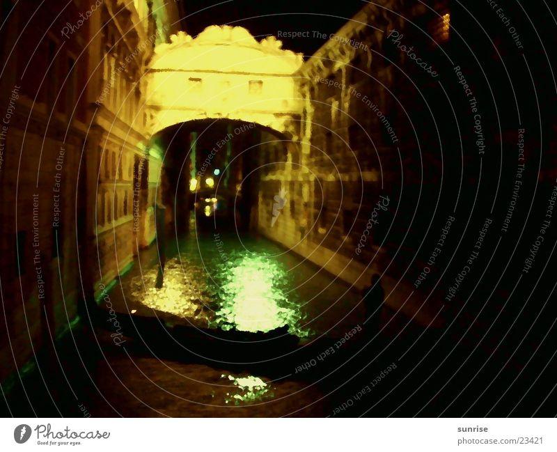 Gondel in Venedig Nacht Licht Europa Gracht Zentralperspektive geradeaus Nachtaufnahme Kunstlicht Gondel (Boot) Unschärfe Brücke historisch alt