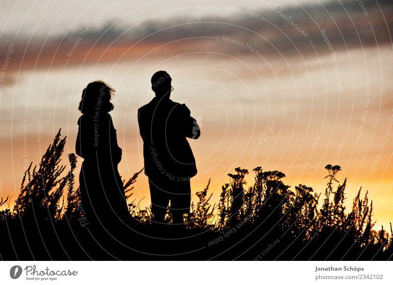 Paar schaut vor Himmel mit Sonnenuntergang Mensch Natur Landschaft Erholung Erwachsene Senior Wiese Zusammensein Zufriedenheit ästhetisch 45-60 Jahre Abenteuer