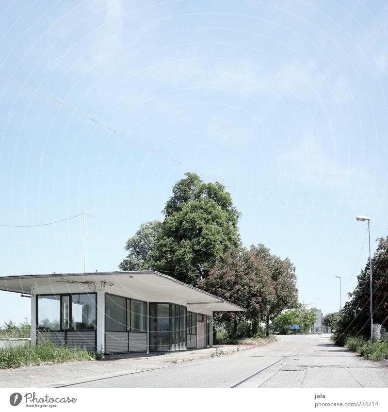 pförtnerhäuschen Himmel weiß Baum grün blau Pflanze Straße Gras grau Gebäude Architektur Platz trist Sträucher Laterne