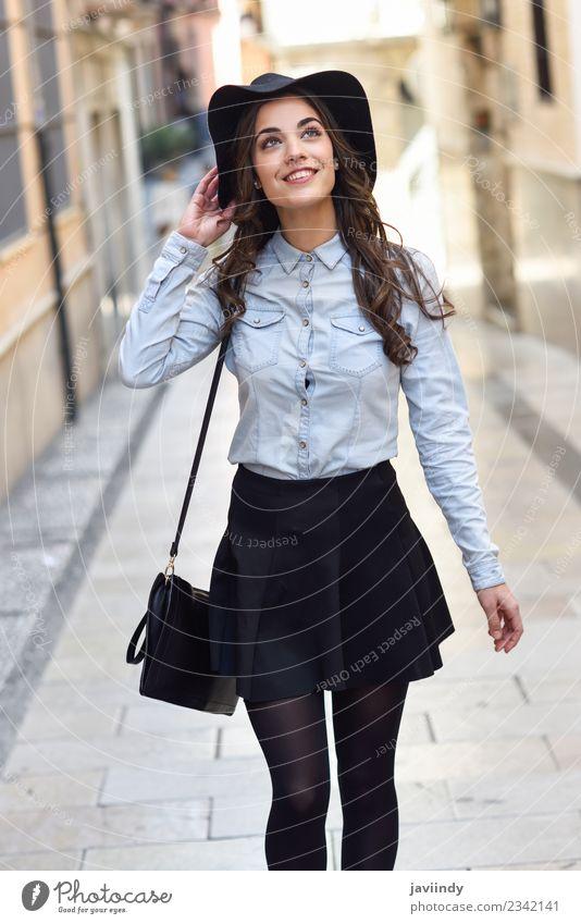 junge Frau im urbanen Hintergrund mit Freizeitkleidung Lifestyle elegant Stil schön Mensch feminin Junge Frau Jugendliche Erwachsene 1 18-30 Jahre Straße Mode