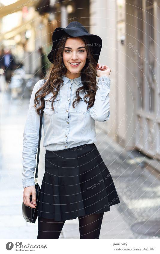 Frau Mensch Jugendliche Junge Frau schön weiß 18-30 Jahre Gesicht Erwachsene Straße Lifestyle feminin Stil Glück Haare & Frisuren Mode