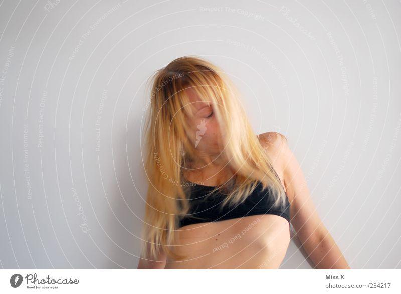 An der Wand Mensch Jugendliche schön Erwachsene feminin Erotik Wand Haare & Frisuren blond Haut wild 18-30 Jahre Junge Frau langhaarig Unterwäsche Begierde