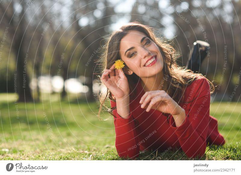 Lächelnde Frau, die auf Gras im Stadtpark liegt. Lifestyle Stil schön Haare & Frisuren Gesicht Erholung Sommer Mensch feminin Junge Frau Jugendliche Erwachsene