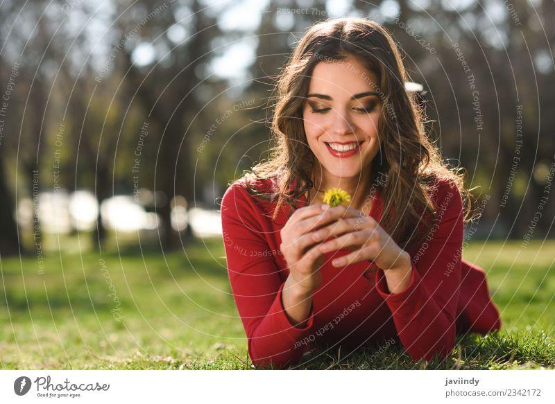 Frau Mensch Natur Jugendliche Junge Frau Sommer schön Blume rot Erholung Freude 18-30 Jahre Gesicht Erwachsene Lifestyle Gefühle
