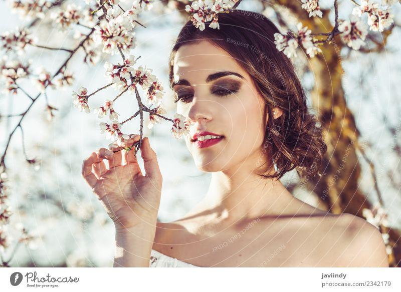 Junge Frau, die im Frühjahr Mandelblüten riecht. Stil Glück schön Haare & Frisuren Gesicht Hochzeit Mensch feminin Jugendliche Erwachsene 1 18-30 Jahre Natur