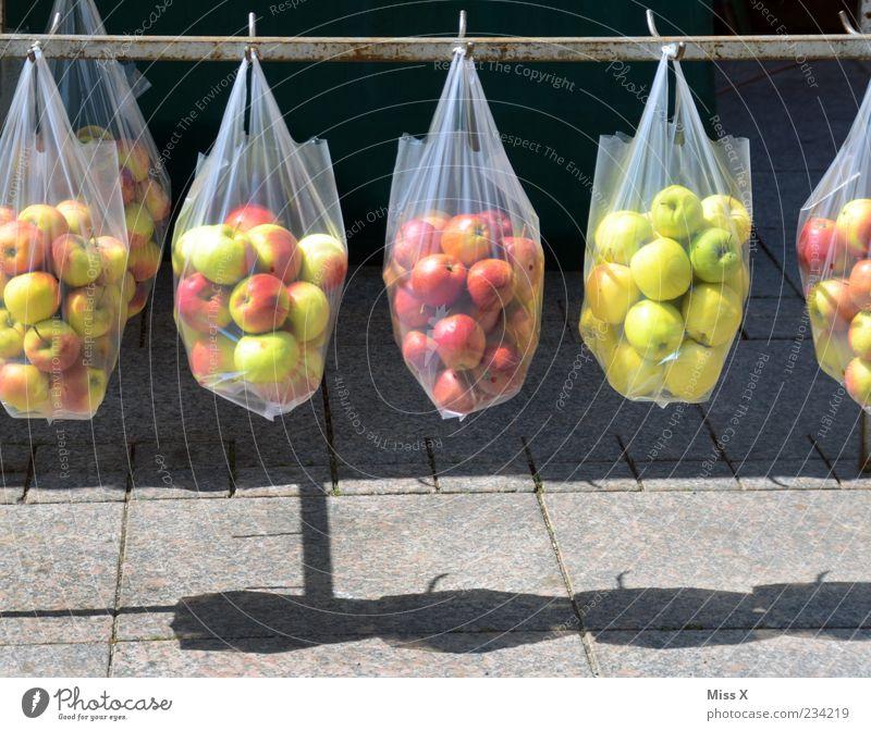 Apfeltaschen Lebensmittel Frucht Ernährung Bioprodukte Vegetarische Ernährung hängen verkaufen frisch lecker rund Wochenmarkt Tüte Plastiktüte Obstladen