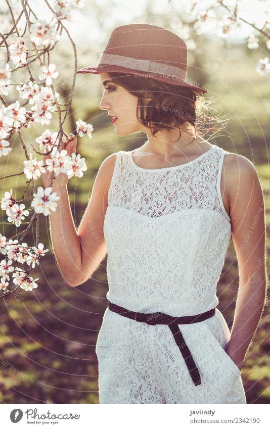 Frau Mensch Natur Jugendliche Junge Frau schön weiß Baum Blume 18-30 Jahre Gesicht Erwachsene Blüte feminin Stil Glück