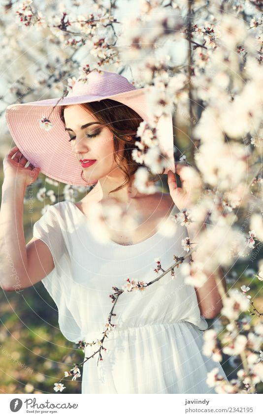 Augen geschlossen Frau zwischen Mandeln blüht im Frühjahr schön Mensch feminin Junge Frau Jugendliche Erwachsene 1 18-30 Jahre Natur Baum Blume Blüte Park Mode