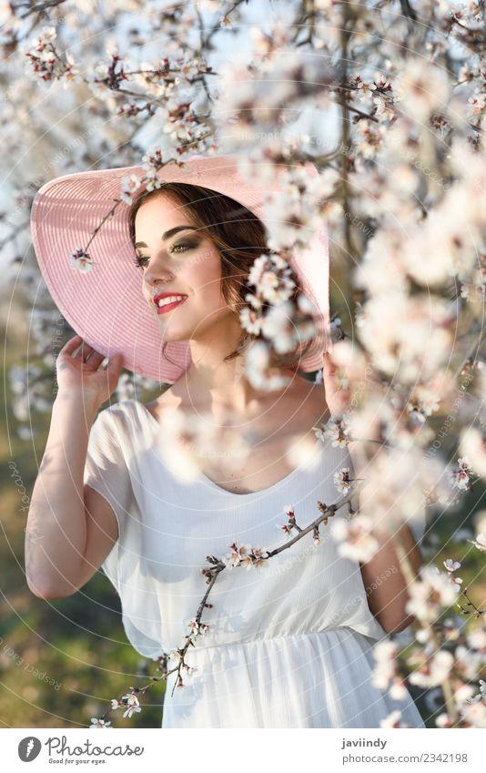 Frau Mensch Natur Jugendliche Junge Frau schön weiß Baum Blume 18-30 Jahre Erwachsene Blüte Frühling feminin Stil Mode