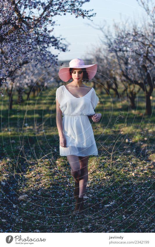 Junge Frau auf einem mandelblühenden Feld im Frühjahr Stil Glück schön Haare & Frisuren Gesicht Mensch feminin Jugendliche Erwachsene 1 18-30 Jahre Natur Baum