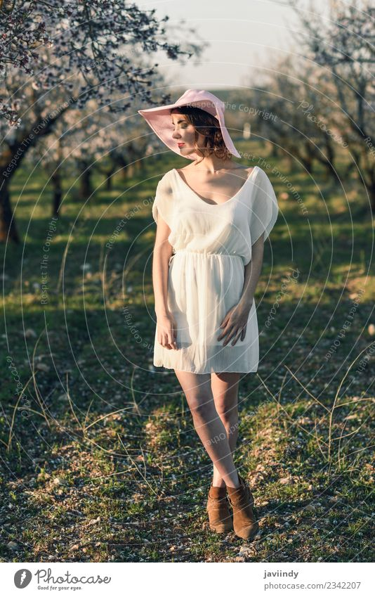 Frau Mensch Natur Jugendliche Junge Frau schön weiß Baum Blume 18-30 Jahre Gesicht Erwachsene Blüte Frühling feminin Stil