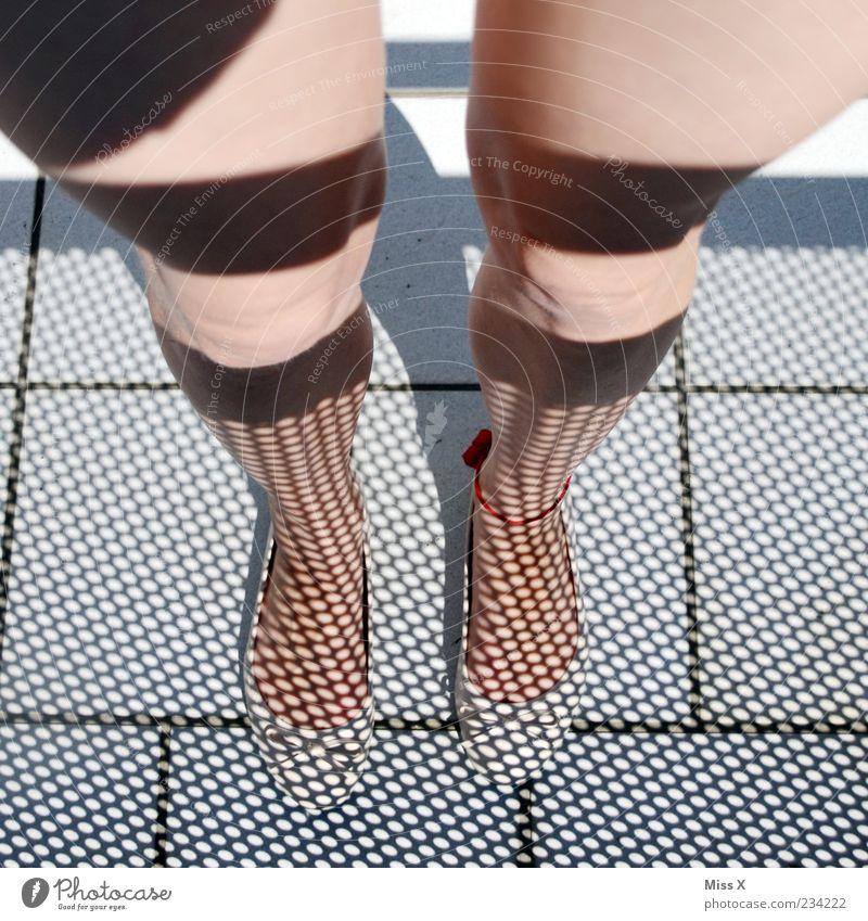 Schatten-Straps Mensch Jugendliche feminin Beine lustig Fuß Junge Frau Punkt bizarr Bodenplatten Schattenspiel Frauenbein reizvoll Fußkette